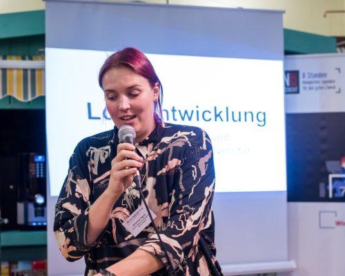 Johannah Illgner hält einen Vortrag über Logo-Entwicklung und Öffentlichkeitsarbeit für die Gewaltambulanz Heidelberg